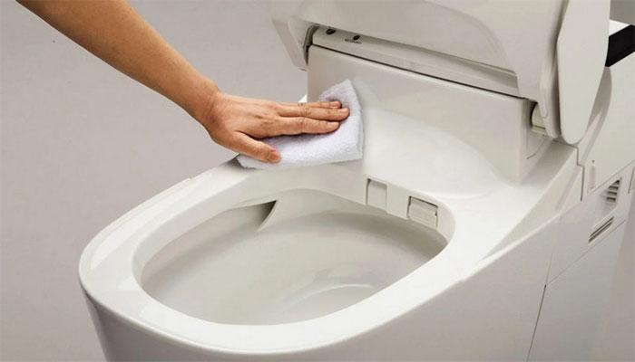 Panasonic đã biến đổi những chiếc bồn cầu sứ thành bồn cầu nhựa chống bám bẩn như thế nào