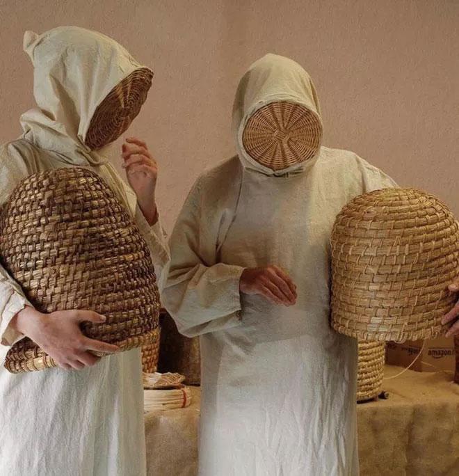 Đây là trang phục nuôi ong thời Trung cổ