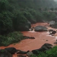 """Kỳ quái dòng sông chuyển """"đỏ như máu"""" sau mỗi cơn mưa"""