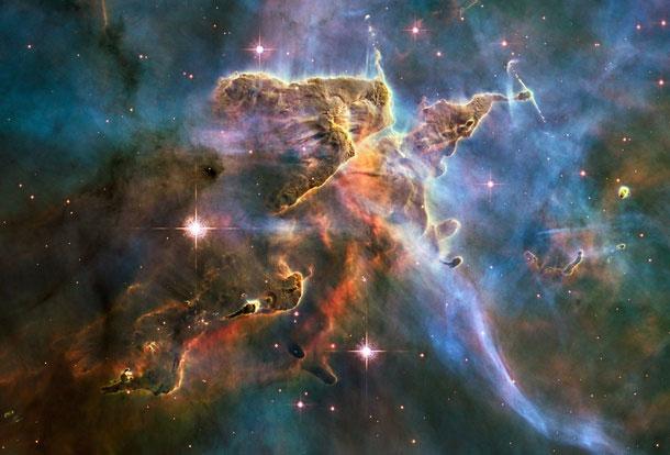 Tinh vân Carina giữa các vì sao và bụi.