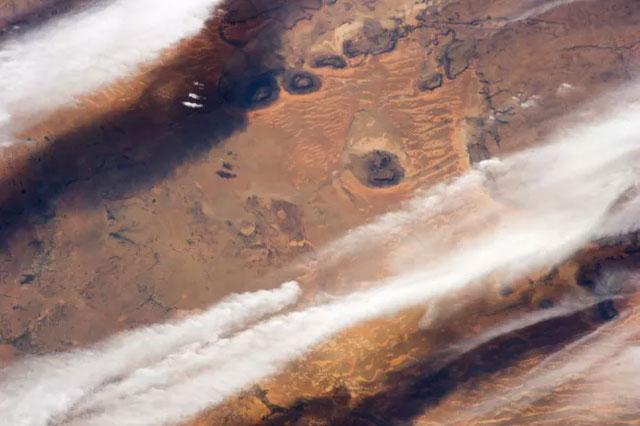 Các dải mây ở Nam Mauritania, sa mạc Sahara.