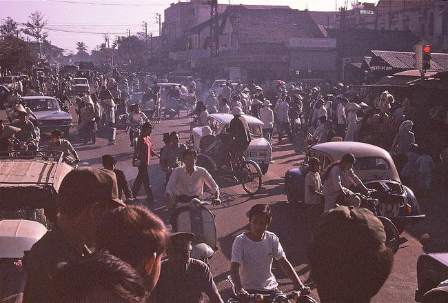 Công trường Hồng Bàng phía trước chợ Bà Chiểu giờ cao điểm, 1971.