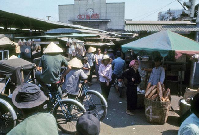 Cảnh buôn bán nhộn nhịp phía trước chợ, 1971