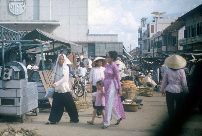 Khung cảnh nhộn nhịp bên ngoài chợ Bà Chiểu năm 1965.