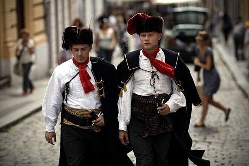 Những người này đeo mảnh vải quấn quanh cổ giống như là đồng phục.