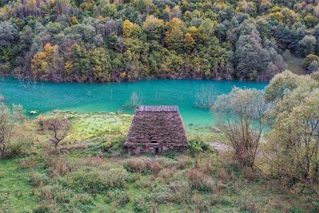 Hồ nước xanh khác thường.