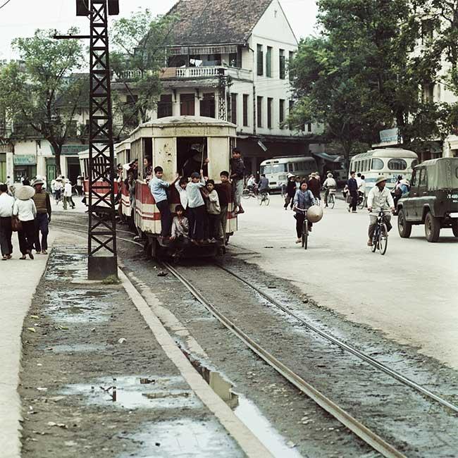 Tàu điện trên đường phố Hà Nội năm 1975.