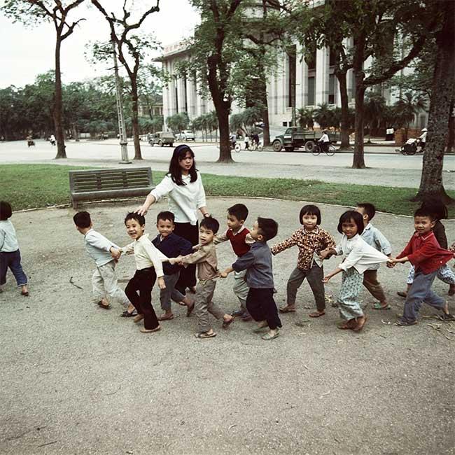 Cô giáo dẫn học sinh mẫu giáo tham quan vườn hoa Diên Hồng năm 1975.