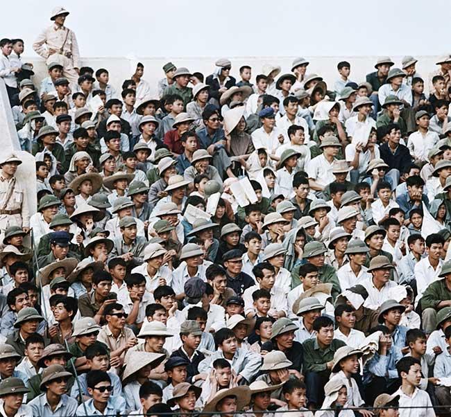 Người dân tập trung theo dõi bóng đá trên sân vận động Hàng Đẫy năm 1975.
