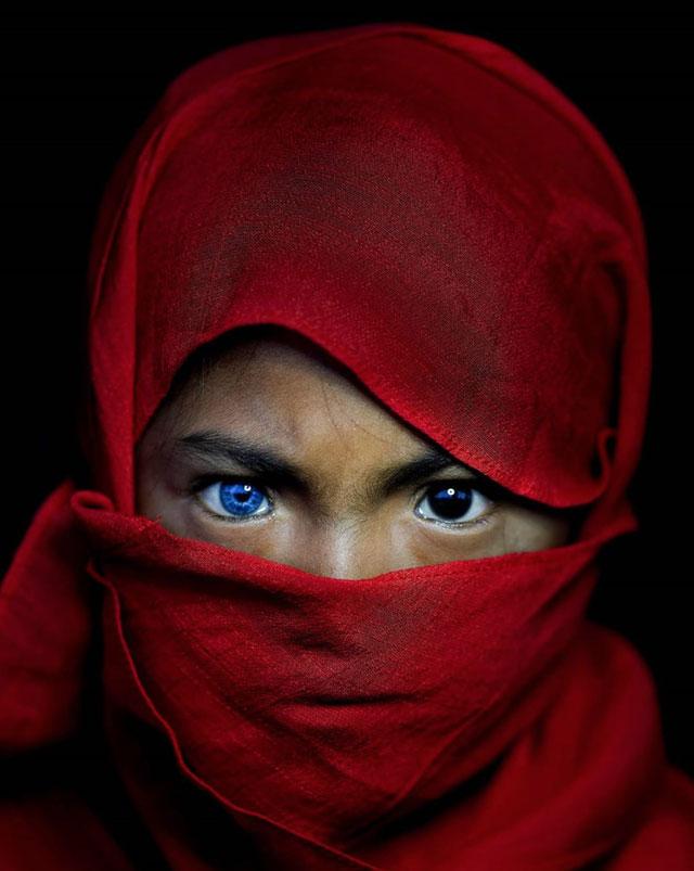 Kỳ lạ bộ tộc có đôi mắt xanh cực hiếm ở Indonesia