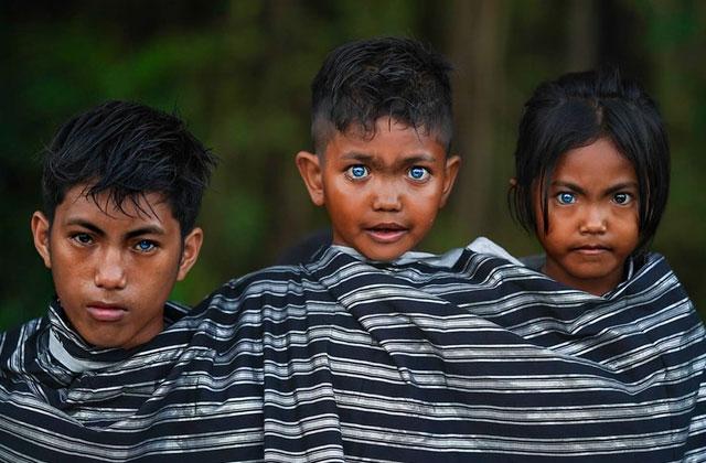 Những đôi mắt xanh của bộ tộc Buton bản địa.
