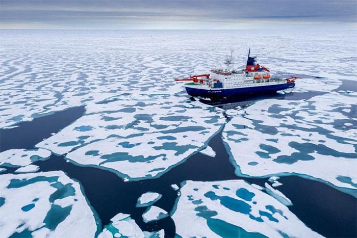 Tàu Polarstern đi trên lớp băng tại Bắc cực