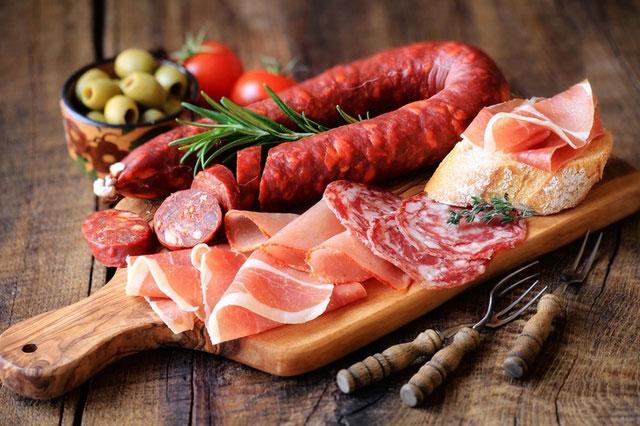 Nhiều thực phẩm chế biến sẵn cũng bị xem là đồ ăn làm tăng nguy cơ mắc ung thư.