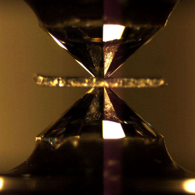 Cận cảnh đe kim cương.