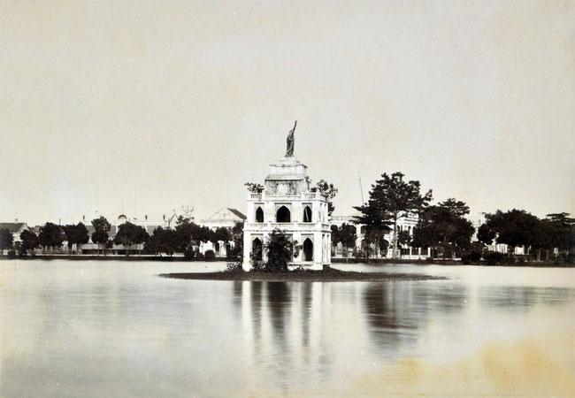 Tháp Rùa với tượng Nữ thần Tự Do ở hồ Gươm.