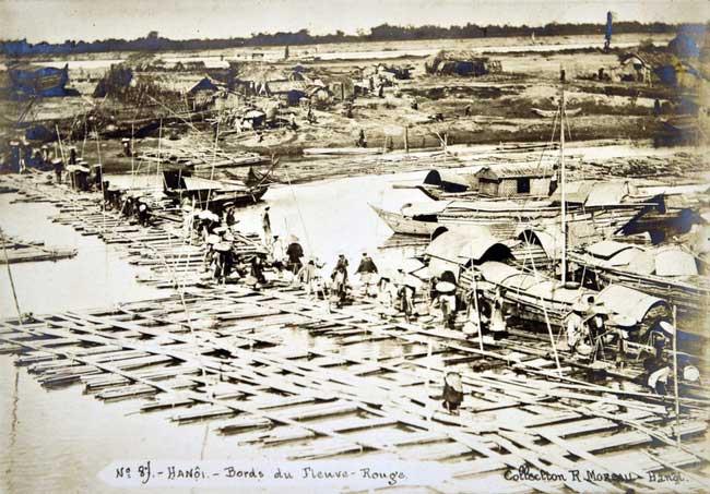 Khu vực bờ sông Hồng ở Hà Nội với giàn cầu phao làm bằng tre nứa