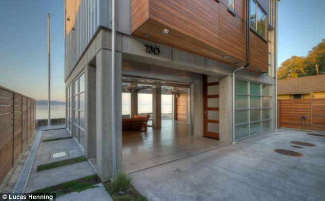 Các đồ dùng tầng trệt của căn nhà đều phải được chống nước hoặc nổi được trên mặt nước.