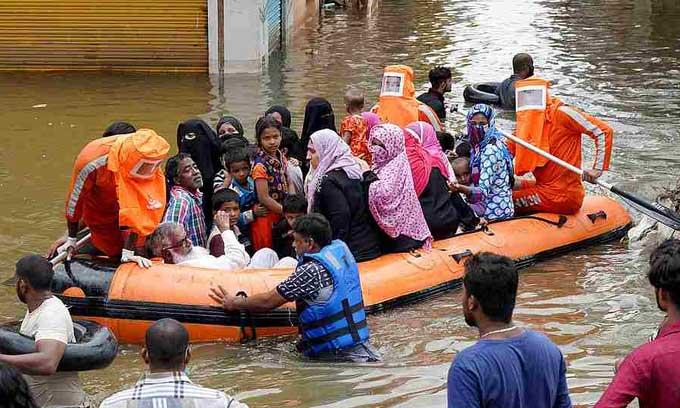 Cư dân được sơ tán khỏi một khu phố ngập lụt ở thành phố Hyderabad, Ấn Độ, hôm 15/10.