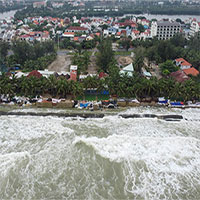 Mưa lớn và sóng mạnh khiến bờ biển Cửa Đại tan hoang
