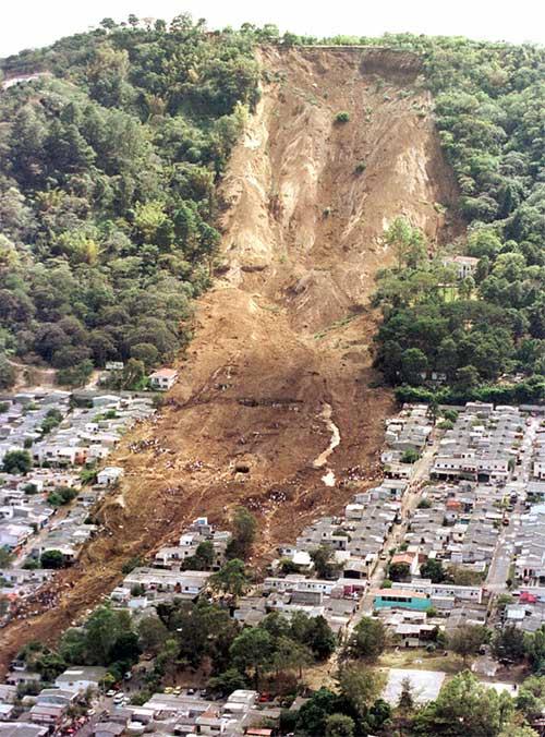 Nhiều vụ sạt lở có thể kéo theo khối đất đá từ vài trăm ngàn tới 2 triệu m3, đi xa đến 1km.