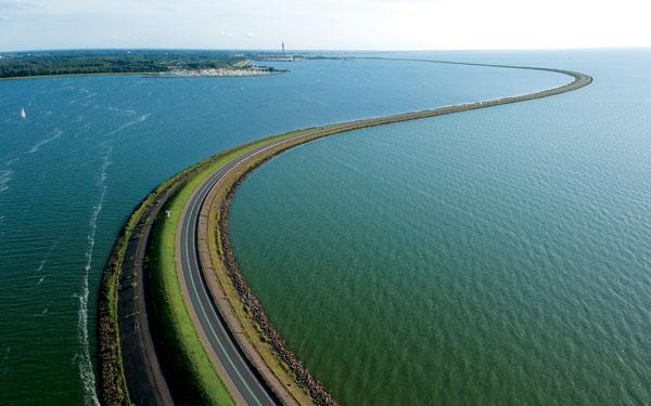 Tuyến đường đê Houtribdijk hoàn thành vào năm 1975 tại Hà Lan