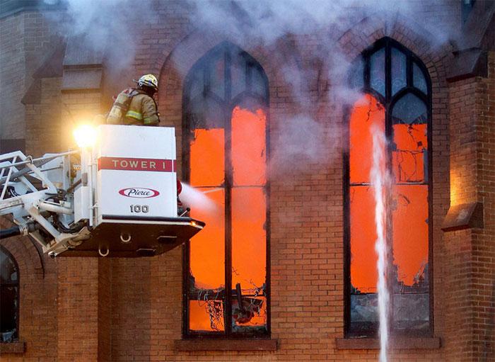 Thực tế, ô kính không chịu nhiệt đều từ đám cháy.