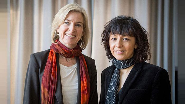 Nhà hóa sinh người Mỹ Jennifer A. Doudna (trái) và nhà vi sinh vật người Pháp Charpentier.