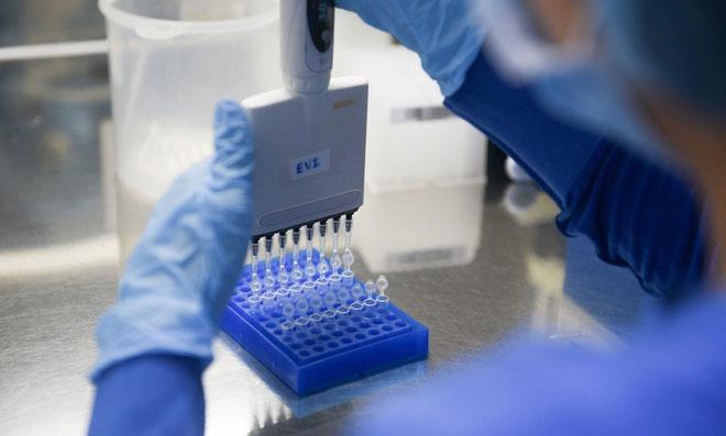 Xét nghiệm rRT-PCR trong phòng thí nghiệm.