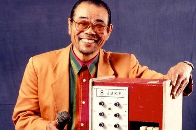 Daisuke Inoue bên máy hát karaoke đầu tiên.