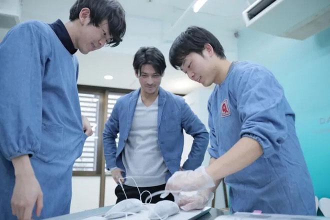 Chủ tịch Day Break, Masayuki Kinoshita (giữa), xem hai nhân viên nghiên cứu thực phẩm đông lạnh