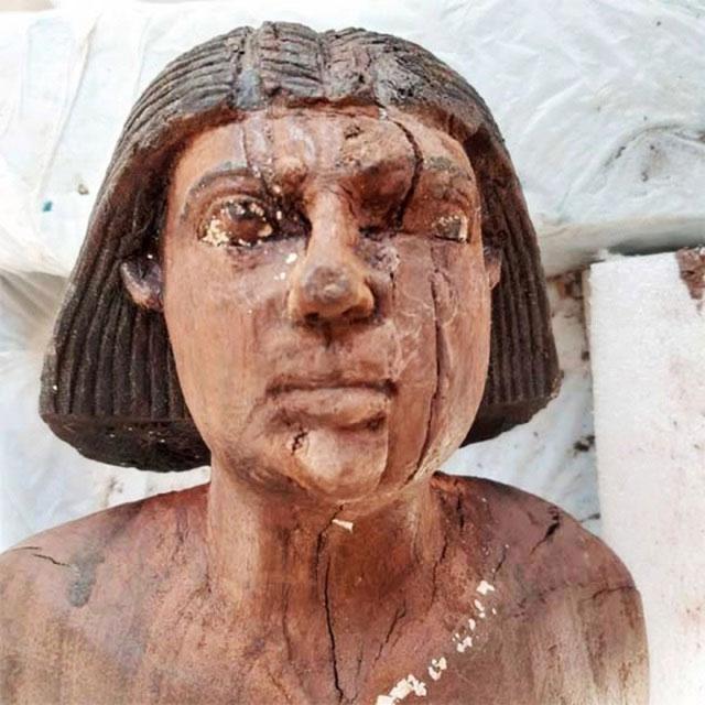Bức tượng đồng này cũng được tìm thấy ở đây và được nạm đá quý.