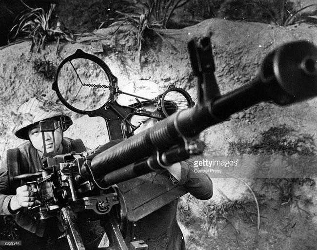 Các nữ chiến sĩ trực chiến bên một cỗ súng máy phòng không, miền Bắc năm 1967.