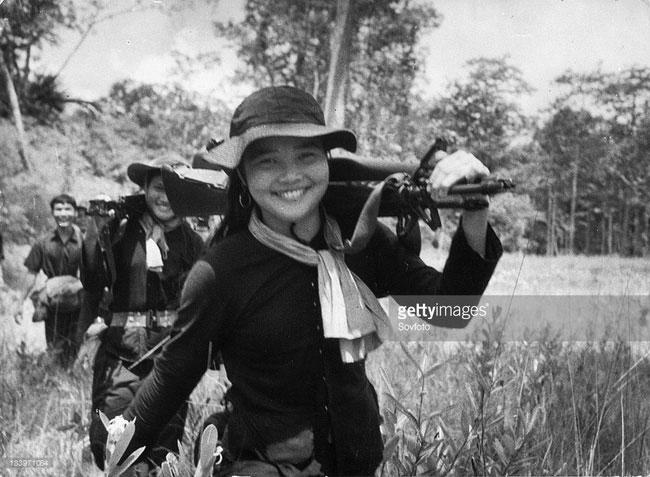 Các nữ du kích Giải phóng trở về căn cứ sau một nhiệm vụ thành công