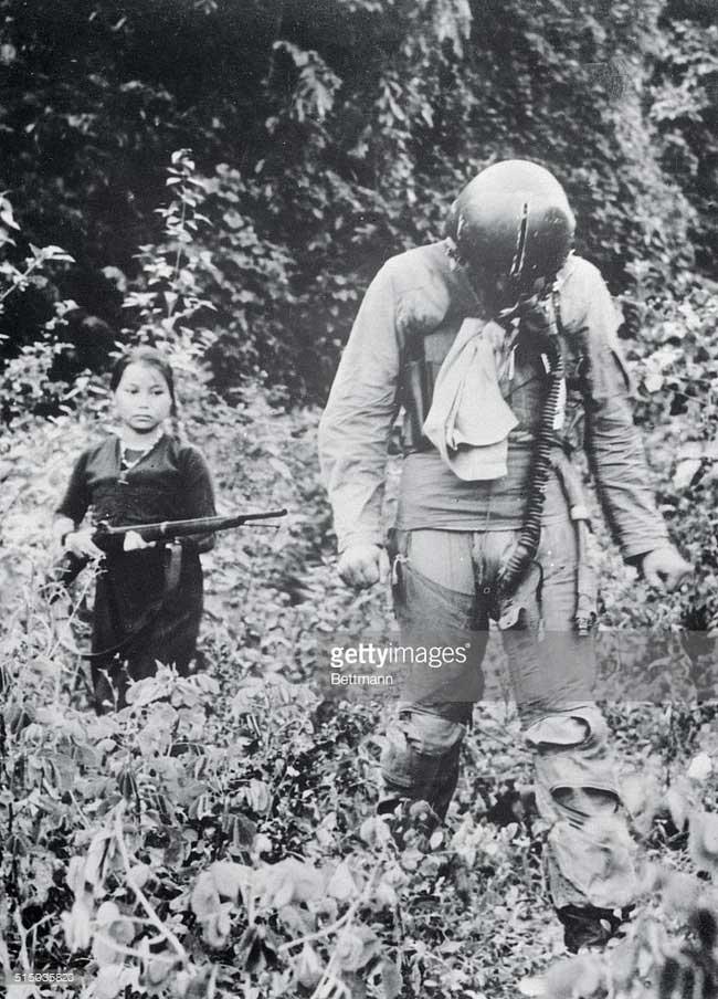 Người nữ dân quân áp giải một phi công Mỹ bị bắn hạ trên bầu trời gần Hà Nội