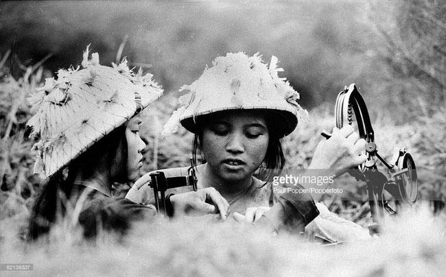 Hai nữ dân quân trực chiến