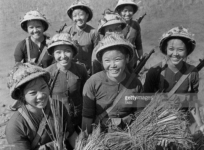 Nụ cười rạng rỡ của các nữ chiến sĩ trong một đội dân quân tự vệ ở miền Bắc năm 1967