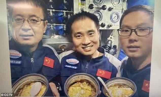3 nhà nghiên cứu chụp lại bức ảnh khi đang ở đọ sâu 10.909 mét.