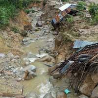Bão Vamco đổ bộ Quảng Bình, đảo Cồn Cỏ bị cắt đứt liên lạc
