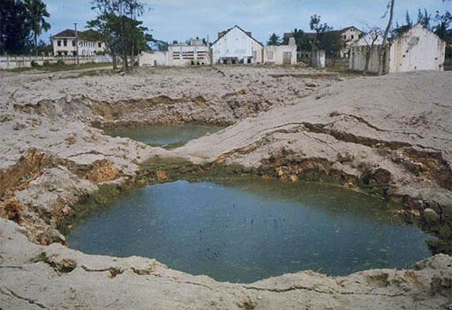 Những hố bom ngập nước tại Nam Định.