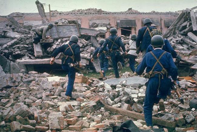 Dân quân diễn tập trên đống đổ nát vì bom.