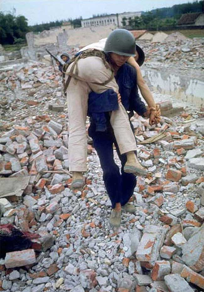 Dân quân Hà Nội diễn tập cứu thương khi bị không kích.