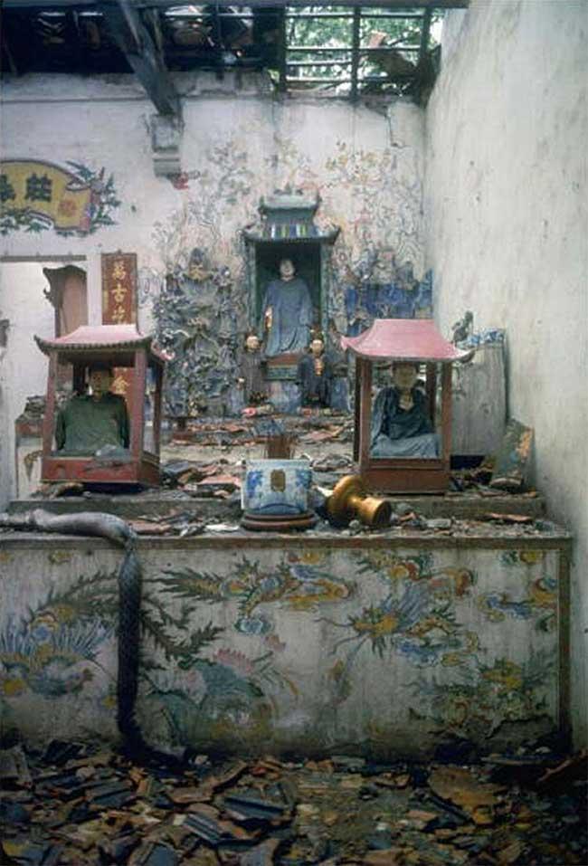 Bên trong một ngôi chùa tại Hà Nội sau cuộc không kích.