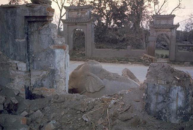 Chùa Phúc Lâm ở Hà Nội đổ nát do trúng bom.