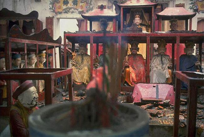 Những tượng Phật còn lại của ngôi chùa sau trận bom.