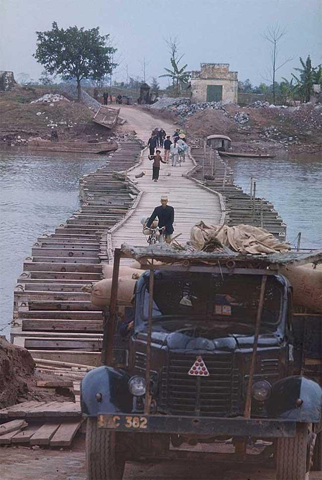 Cầu phao ở ngoại ô thành phố Nam Định.