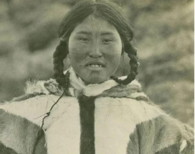 Trong gia đình Eskimo, người phụ nữ cao hơn và khỏe hơn đàn ông.