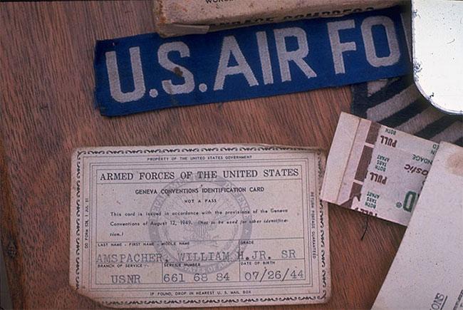 Giấy tờ tùy thân của một phi công Mỹ bị bắt tại miền Bắc Việt Nam.