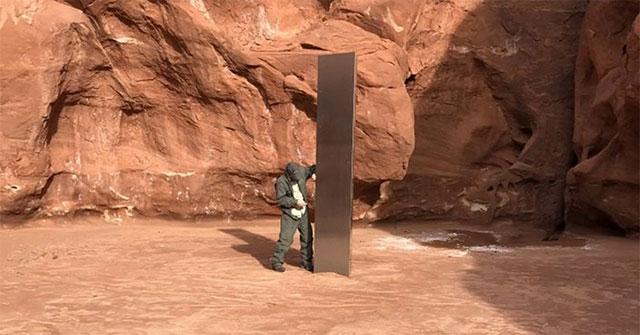 Đếm cừu sừng lớn từ trực thăng, phi công phát hiện khối kim loại bí ẩn trong sa mạc Utah