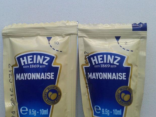 Những con số khác nhau trên túi đựng sốt của Heinz.