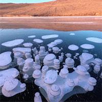 Hàng loạt bong bóng methanetrên hồ nước sâu nhất thế giới